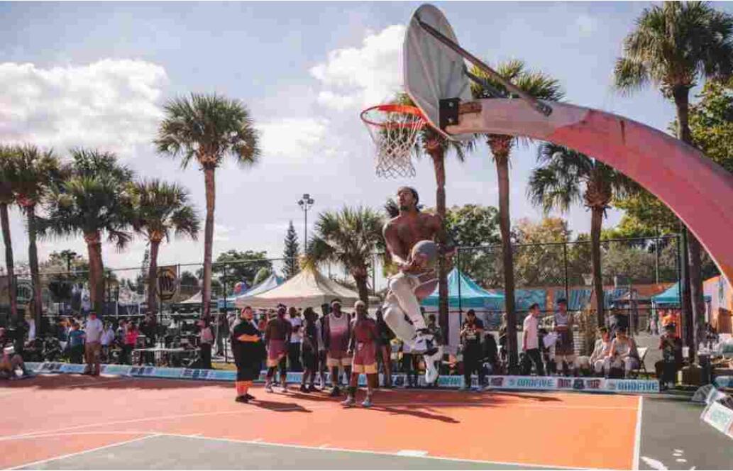 路上的篮球比赛  描述已自动生成