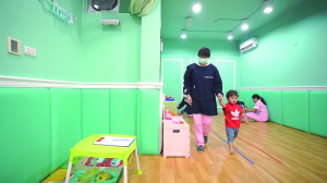 贝格尔保健老师帮宝贝进行发展评估5