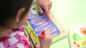 贝格尔托育老师引导跑跑家宝贝使用益智玩具4
