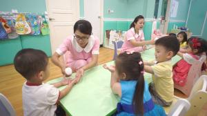 贝格尔托育老师以次氯酸水帮助宝贝消毒双手