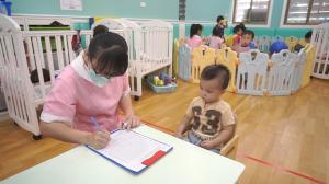 贝格尔保健老师帮宝贝进行发展评估2