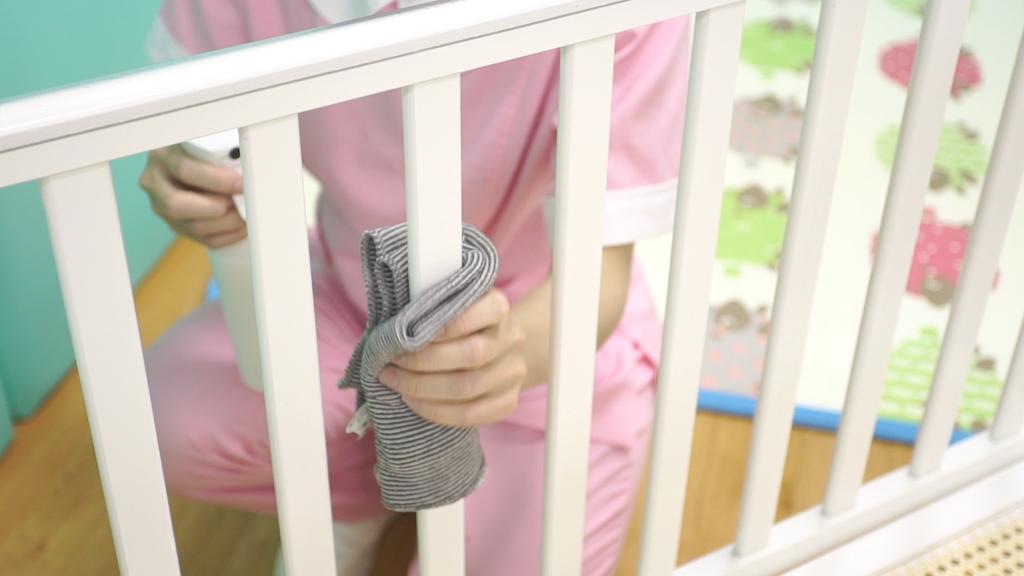 贝格尔老师进行婴儿床清洁消毒3