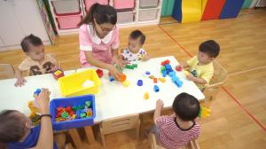 贝格尔托育老师引导宝贝使用教玩具