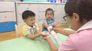 贝格尔托育老师以次氯酸水帮助宝贝消毒双手2