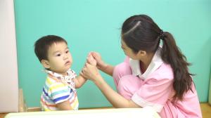 贝格尔保健老师检查宝贝四肢