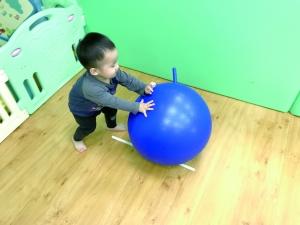 """贝格尔跑跑家宝贝参与《贝氏发展学程-体适能力》-""""大球推推""""教学活动"""
