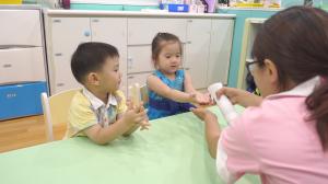 贝格尔托育老师以次氯酸水帮助宝贝消毒双手3