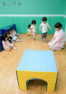 贝格尔托育老师引导宝贝参与《贝氏发展学程-体适能力》教学活动2