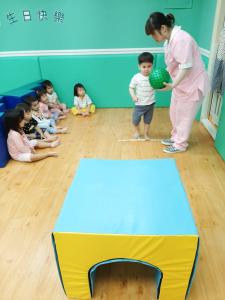 贝格尔托育老师引导宝贝参与《贝氏发展学程-体适能力》教学活动3