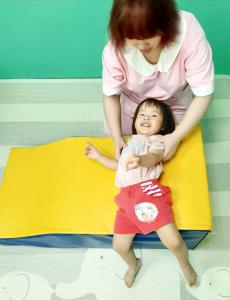 贝格尔托育老师引导宝贝参与《贝氏发展学程-体适能力》教学活动