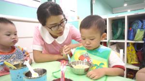 贝格尔托育老师引导宝贝自主用餐