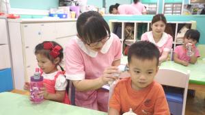 贝格尔保健老师帮宝贝测量记录体温2