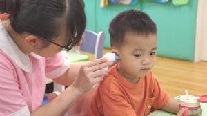 贝格尔保健老师帮宝贝测量记录体温5