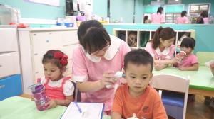 贝格尔保健老师帮宝贝测量记录体温4