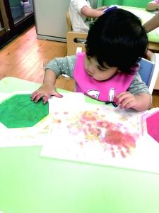 """贝格尔跑跑家宝贝参与《贝氏发展学程-美术创作》-""""手印画""""教学活动"""