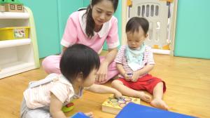 贝格尔托育老师引导跑跑家宝贝使用益智玩具7