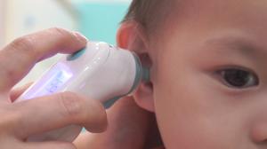 贝格尔保健老师帮宝贝测量记录体温6