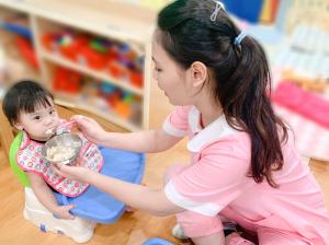 贝格尔老师细心协助宝贝用餐