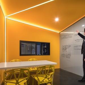 14-通过异形屋顶、颜色、灯光来营造小会议室活跃的氛围,两面白玻用于会议讨论时的即时记录