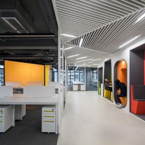13-位于椭圆形办公平面转角处的小型会议室