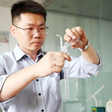 ▲游辉博士正在配置甲醛吸收液