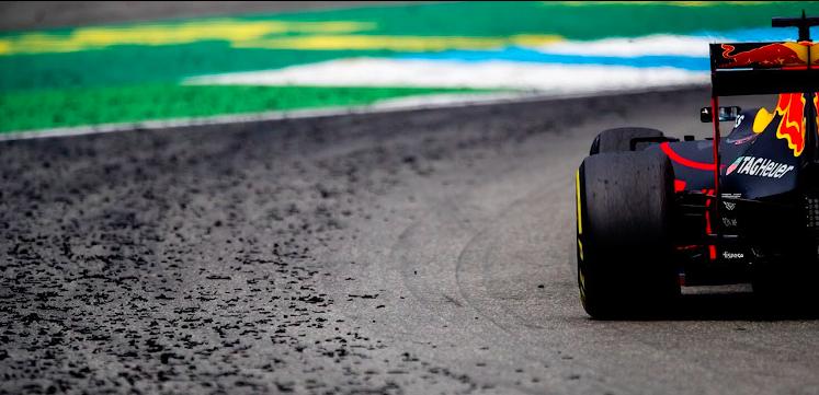 赛车在地上  描述已自动生成