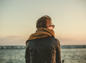 woman looking at horizon 看地平线的女人