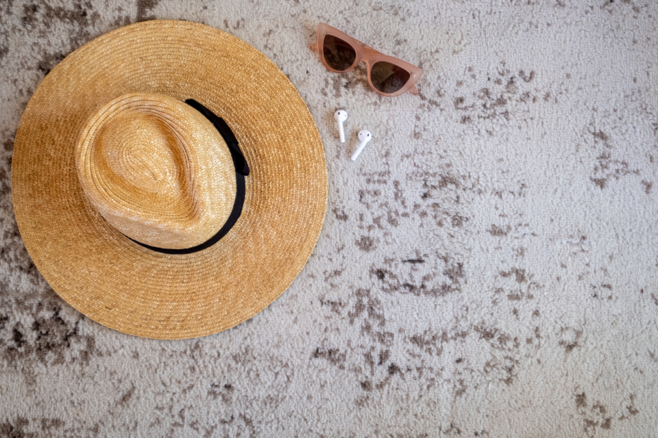vacation flat lay travel beach hat sunglasses headphones recreation accessories trip summer fashion fun glasses lifestyle leisure background copy space objects 对象 复制空间 背景 休闲 生活方式 眼镜 有趣的 时尚 夏天 旅行 附件 娱乐 耳机 太阳镜 帽子 海滩 旅行 平铺 度假