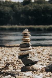 stack of gray stones near body of water during daytime 白天靠近水体的一堆灰色石头
