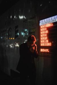 man using phone 男子使用电话