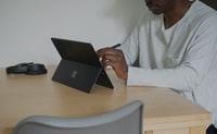 man in white shirt using black laptop computer 穿着白色衬衫的男子使用黑色笔记本电脑