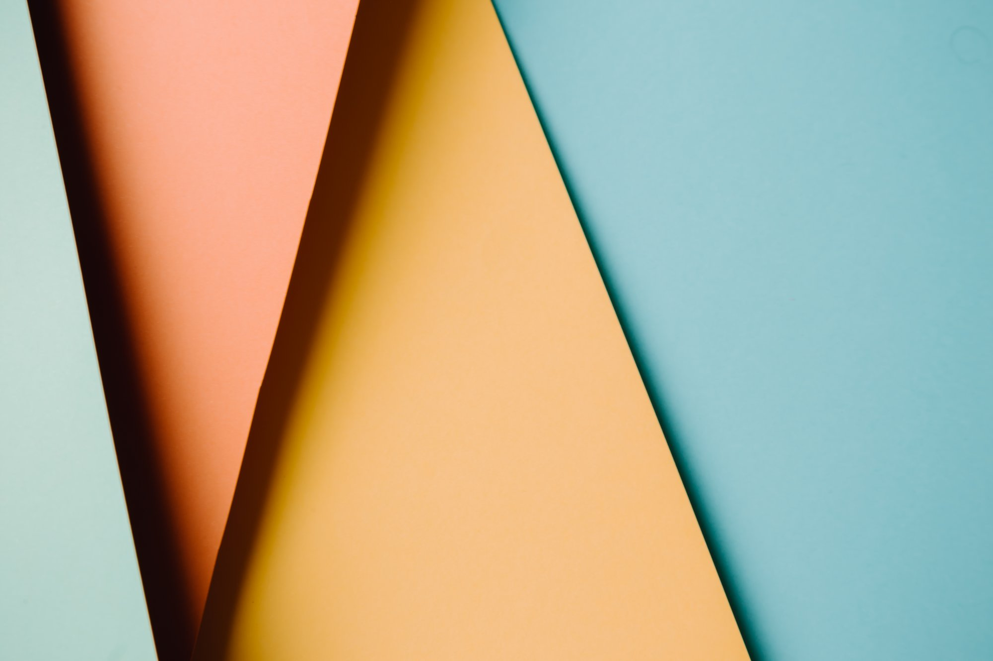 abstract background of four colored triangles 四色三角形的抽象背景
