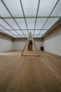 brown wooden floor with white wall 白墙棕色木地板