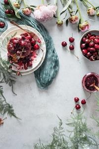 red cherries on white ceramic plate 白色陶瓷板上的红色樱桃