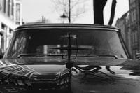 grayscale photo of car with broken window 车窗破损的灰度照片