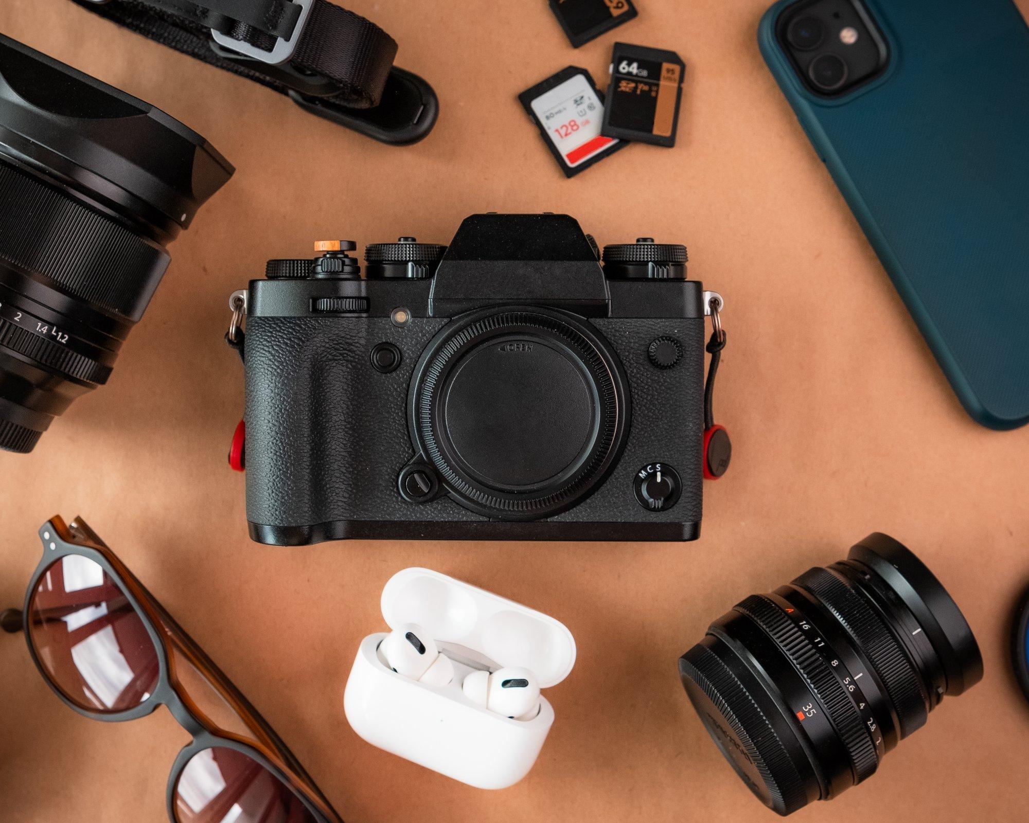 camera lays on brown table surrounded by video equipment 摄像机摆在棕色的桌子上,周围都是视频设备。