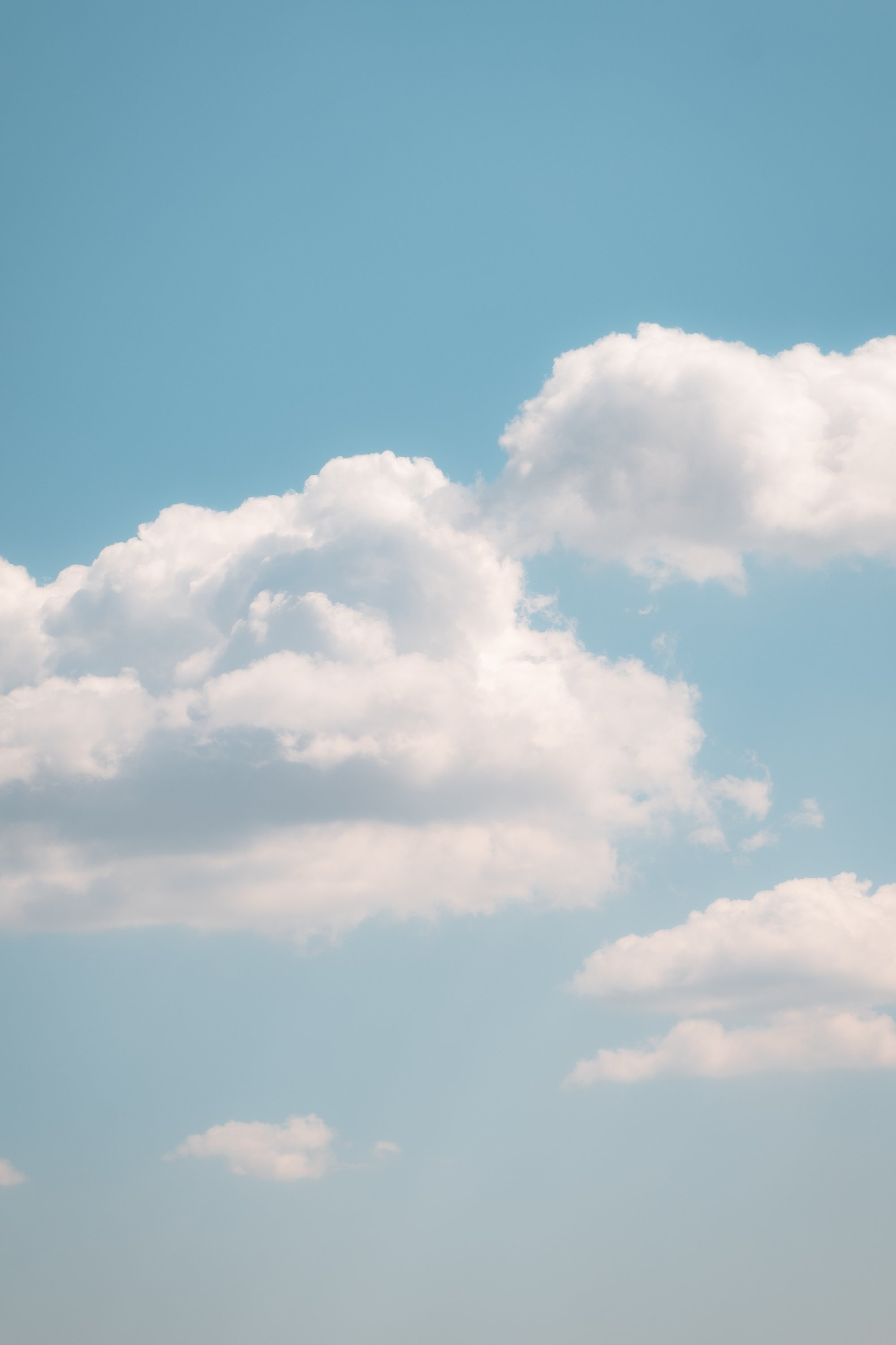 white clouds in a soft blue sky on warm summer day 夏日温暖的蓝天白云