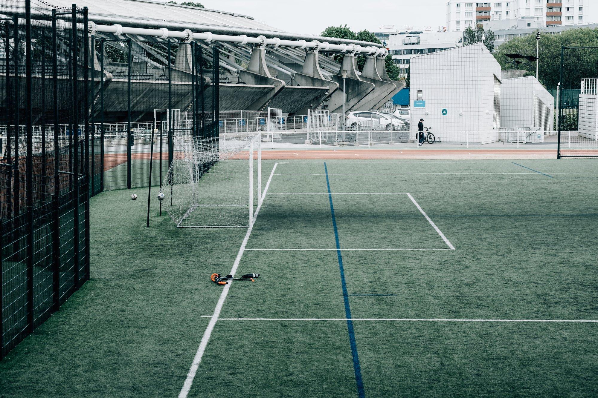 empty net on a green sports field in the city 城市绿色运动场上的空网