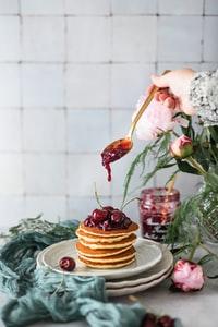 brown cupcake with pink rose on top 顶部有粉红色玫瑰的棕色纸杯蛋糕