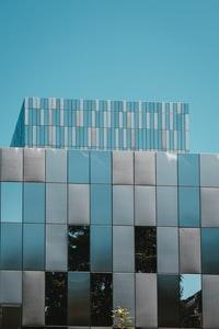 white and blue building under blue sky 蓝天下的白色和蓝色建筑