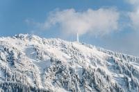 snow covered mountain under blue sky during daytime 白雪覆盖着蓝天下的高山