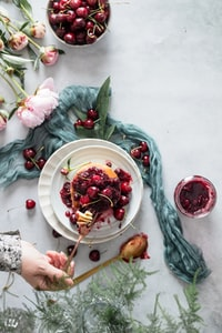 sliced fruit on white ceramic plate 白色陶瓷板上的水果切片