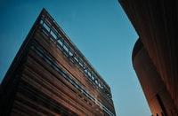 brown concrete building during daytime 白天褐色混凝土建筑