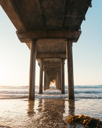 brown concrete building on beach during daytime 白天海滩上的褐色混凝土建筑