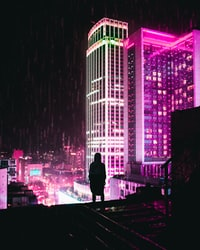 silhouette of person standing on the edge of a building during night time 夜间站在建筑物边缘的人的轮廓