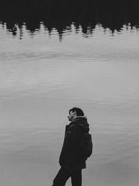 grayscale photo of man in black hoodie jacket 穿黑色帽衫的男人的灰阶照片