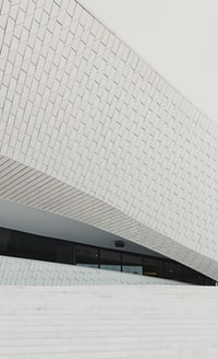 white concrete building during daytime 白天白色混凝土建筑