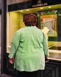 woman in white long sleeve shirt standing near glass door 身穿白色长袖衬衫的女子站在玻璃门附近