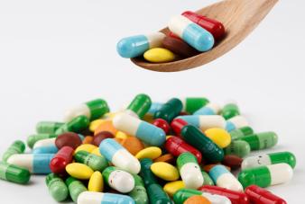 摄图网_500217409_wx_各种颜色彩色的药片和胶囊(企业商用)