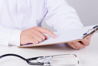 摄图网_500684127_wx_正在就诊写报告的医生(企业商用)